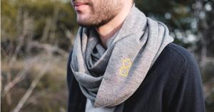 Le snood est une écharpe en forme de tube qui s'enfile par la tête